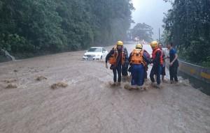 賓士車涉水下山拋錨 消防救援8旬翁3人