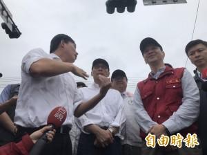 黃國昌不撐傘遭網友改圖惡搞 今日仍堅持漫步在雨中