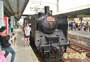 81高齡蒸汽火車頭重出江湖 鐵道迷搶拍