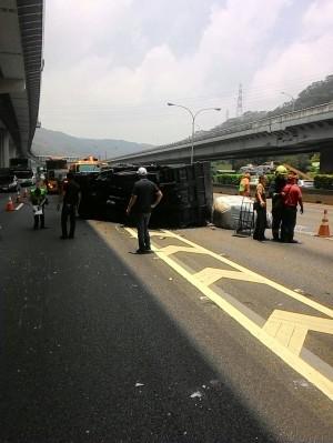 小貨車國道擦撞拖板車後翻覆 駕駛輕傷送醫