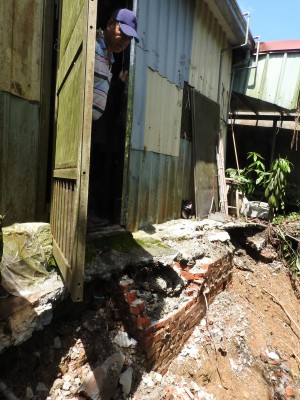 國姓南港溪邊坡流失   4民宅後門是懸崖