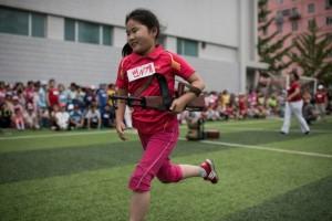 北韓這樣慶祝兒童節! 學童背AK47丟手榴彈