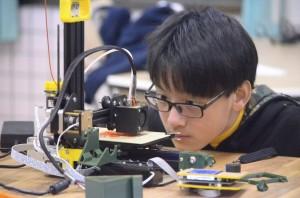 拒當考試機器人!國二生「不聽話」上網自學造飛機