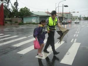 辛苦了!一張執勤照 讓你忍不住向警察致敬