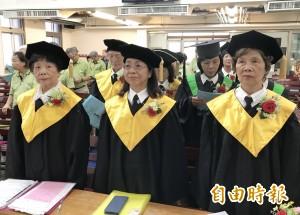 畢業典禮沒學生離校  80歲阿嬤唸了16年還要繼續深造