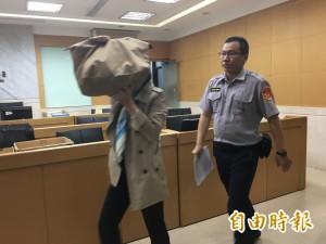 永豐餘前董座250萬交保 名牌包遮臉不說話