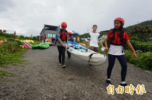 百人南方澳划船宣揚保育 盼「海鯖迴家」