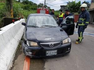 開車自撞橋墩 警、消到場找無駕駛
