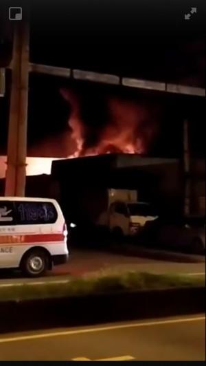 中壢資源回收場大火 暗夜連傳爆炸聲