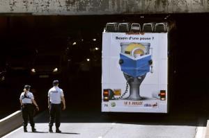 法國雙層觀光巴士撞橋 4人受傷
