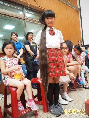 人生第1次剪髮   過膝長髮捐癌友