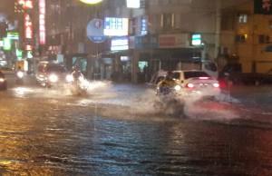 半小時大雷雨 台南安南區又淹水