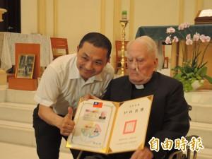 來台服務65年 梅冬祺神父終獲台灣身分證