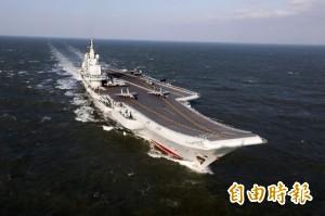 中航母遼寧號進入香港  殲-15戰機亮相