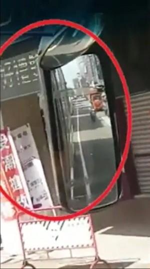 不要命!緊貼公車遮陽滑手機 司機錄短片警惕