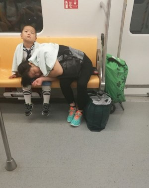 小暖男! 母親搭火車累了 男童哄媽媽入睡
