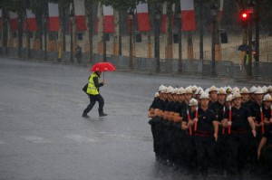 豪雨灌進巴黎   地鐵慘變水上樂園