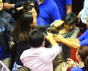 遭藍委勒脖、呼巴掌 邱議瑩批:這是霸凌台灣