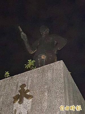 痛!校園蔣介石銅像 下體中了「蜂窩性組織炎」