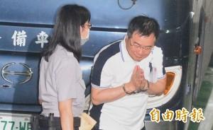 蔡正元00:50戴銬上囚車 送往台北看守所