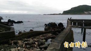 6外國人穿救生衣龍洞跳水 險遭浪捲至外海