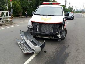 救護車載人就醫 砰!撞上砂石車…