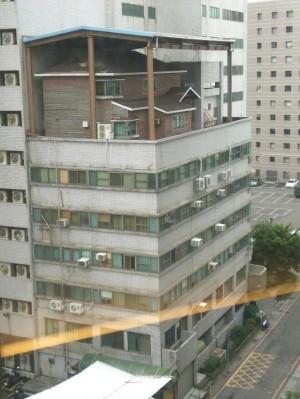 超扯! 頂樓加蓋1棟木屋 中市府認定違建將拆除
