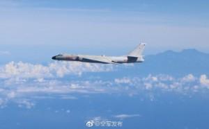 轟炸機和中央山脈「同框 」?中國軍方公布照片