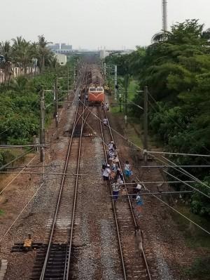 台鐵火車出軌微傾斜 旅客走鐵軌回車站