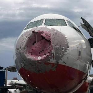 冰雹有多狂? 這架飛機遇冰雹機首變這樣...
