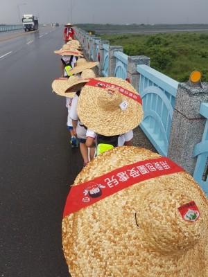 寄養童挑戰60K徒步旅行 13人全數完成