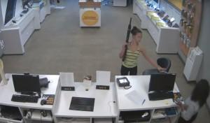 超狂女孩! 手持突擊步槍入店搶劫手機