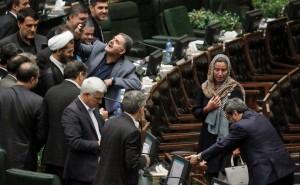 歐盟女外交官來訪 伊朗議員爭相與她玩自拍 報紙齊轟丟臉