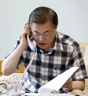 文在寅引領潮流 韓國人瘋搶藍白格子襯衫