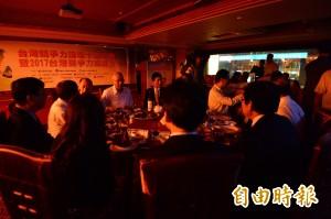 出席晚宴受訪遇跳電 吳敦義摸黑入場:你看又來了!