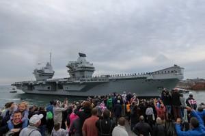 英新航母首度回母港 數萬民眾歡呼迎接