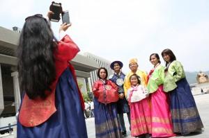 南韓觀光租韓服「打卡」 南韓學者:不倫不類假傳統