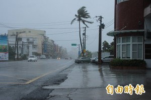 颱風尾?屏東沿海下午突變天 風疾雨狂