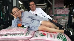 張花冠行銷嘉義米 嬌躺米袋露白晰大腿