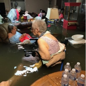 德州養老院遭大水灌入 這張照片嚇壞美國人...