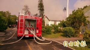 消防車趕赴火場遭轎車撞 號誌桿斷3人受傷