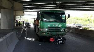 五股死亡車禍 重機騎士遭拖行20公尺慘死