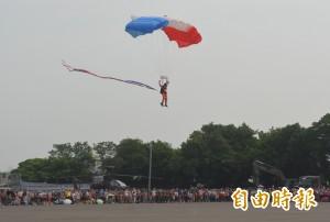 成功嶺營區開放 神龍小組跳傘超神