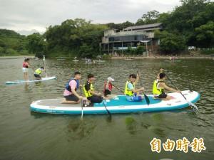 青草湖立式划槳正夯   大小朋友都「划」得來