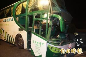 中山高岡山路段驚傳大客車撞護欄 6死11傷