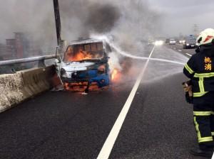貨車行駛五楊高架 莫名起火燒毀