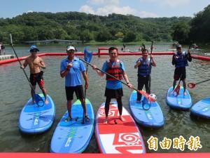 來玩立式划槳! 青草湖水域遊憩中心開幕