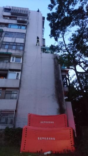 從天而降!女在6樓遮雨棚擬輕生 消防員神救援