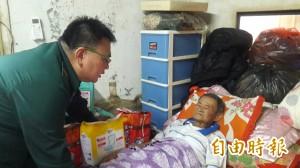 暖心郵差自掏腰包送錢送物資 82歲獨居阿公哭了