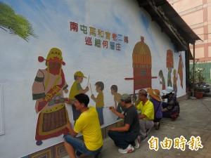 老二媽巡禮當主題 西屯民眾貼馬賽克美化老舊牆面